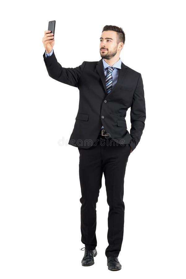 Przystojny brodaty młody biznesowy mężczyzna bierze selfie ono uśmiecha się obrazy stock
