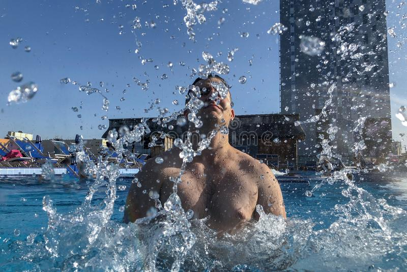 Przystojny caucasian mężczyzny chełbotanie w basenie fotografia stock