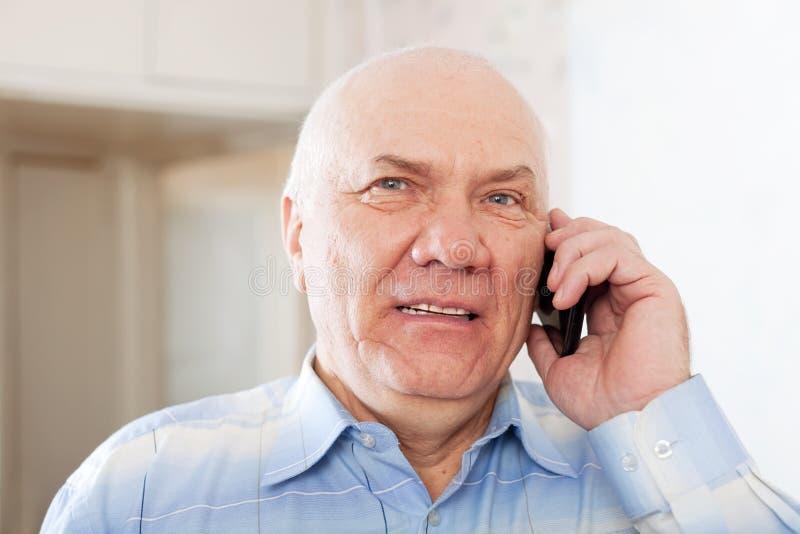 Przystojny dorośleć mężczyzna mówienie telefonem zdjęcia royalty free