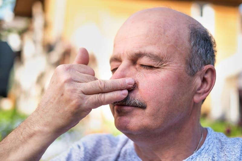 Przystojny dorośleć mężczyzna oddychania joga pranayama na lato słonecznym dniu outside zdjęcia stock