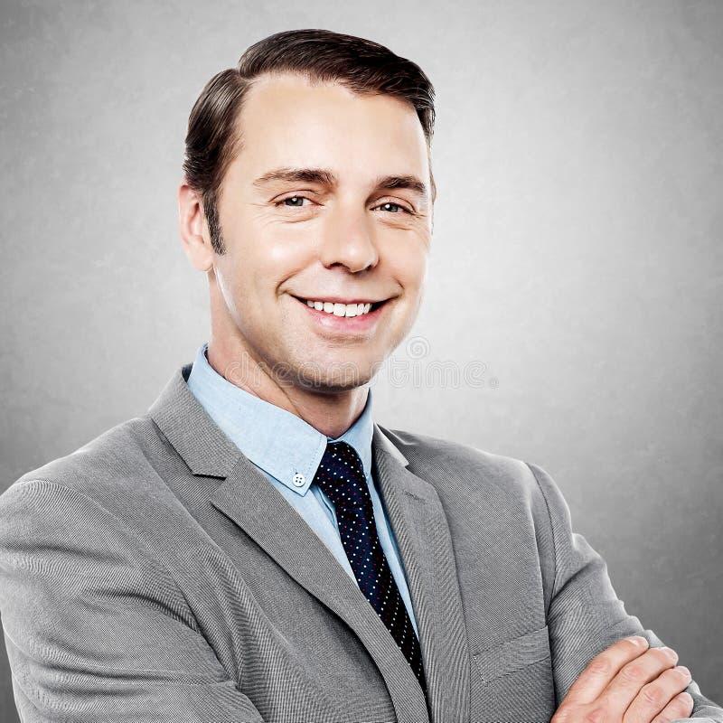 Przystojny dyrektor wykonawczy ono uśmiecha się przy kamerą zdjęcia stock