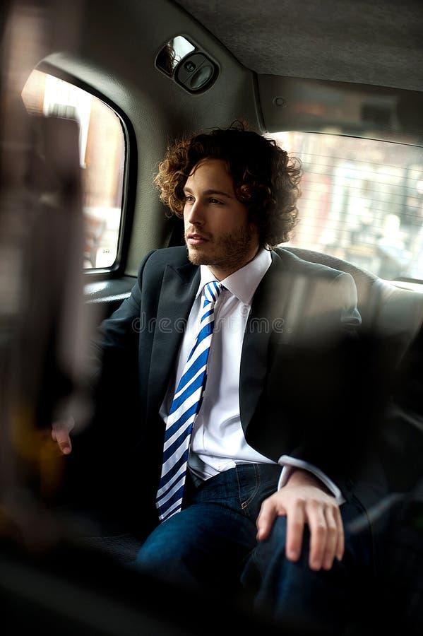 Przystojny dyrektor wykonawczy wśrodku taxi taksówki zdjęcia stock