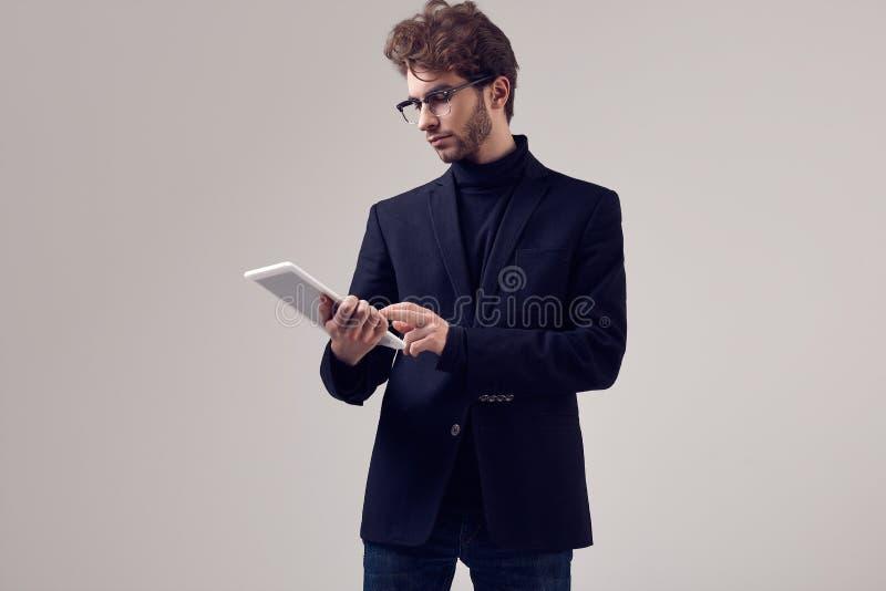 Przystojny elegancki mężczyzna jest ubranym kostium i szkła z kędzierzawym włosy zdjęcia stock