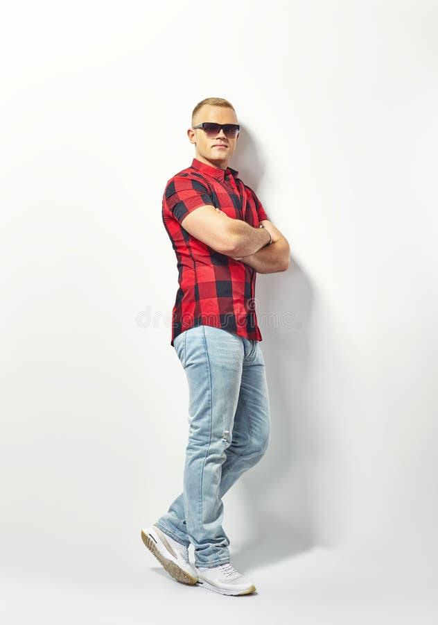 Przystojny elegancki mężczyzna w okularach przeciwsłonecznych obrazy royalty free