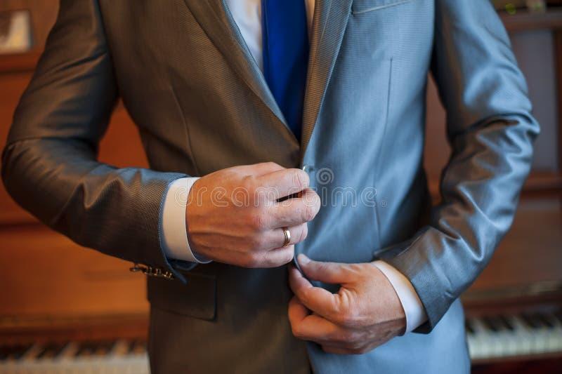 Przystojny elegancki potomstwo mody mężczyzna w żakieta smokingu klasycznym koszcie zdjęcie stock