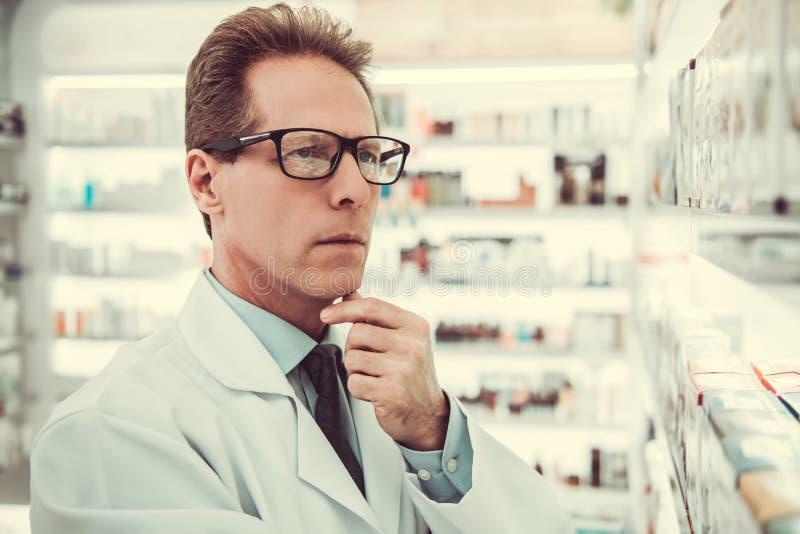 Przystojny farmaceuty działanie obraz royalty free
