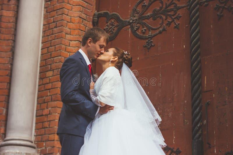 Przystojny fornal przy kościół podczas ślubu i fotografia stock