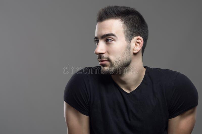 Przystojny hunky mężczyzna profil patrzeje kopii przestrzeń fotografia royalty free