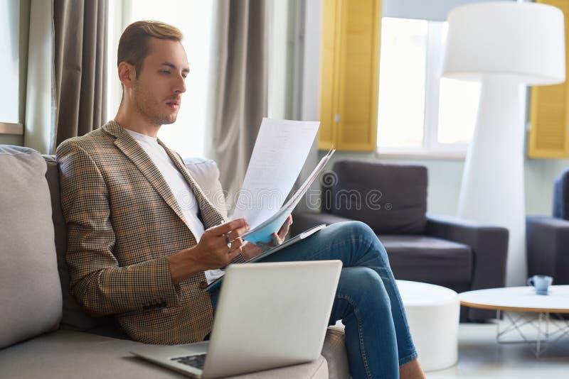 Przystojny kierownik zawijający up w pracie zdjęcia royalty free