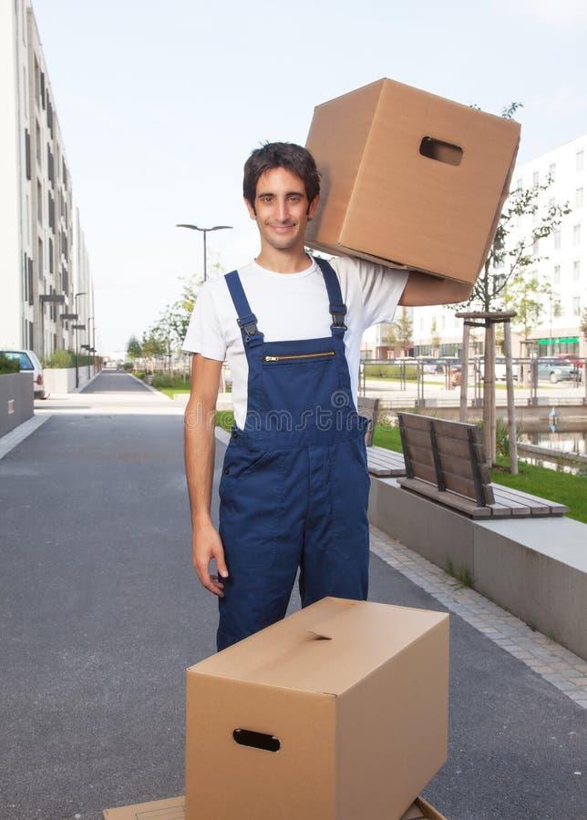 Przystojny latynoski pracownik z pudełkami zdjęcie stock