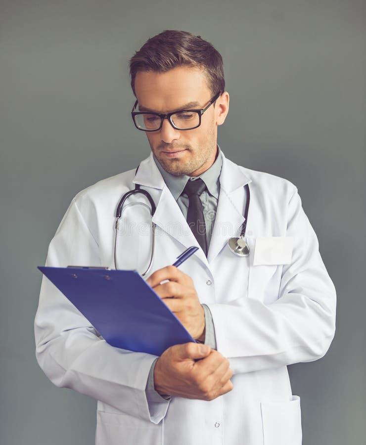 Przystojny lekarz medycyny zdjęcia stock