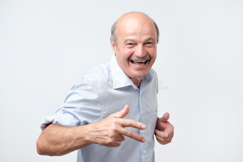 Przystojny mężczyzna z niespodzianką i szokującym wyrazem twarzy obrazy royalty free