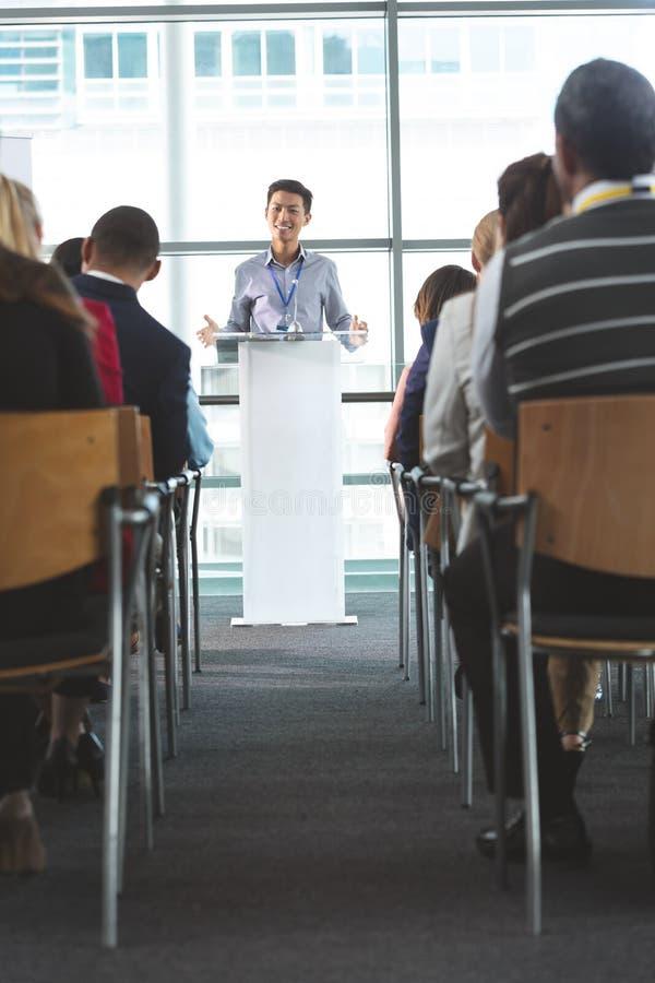 Przystojny młody biznesmen mówi przy biznesowym konwersatorium zdjęcie royalty free