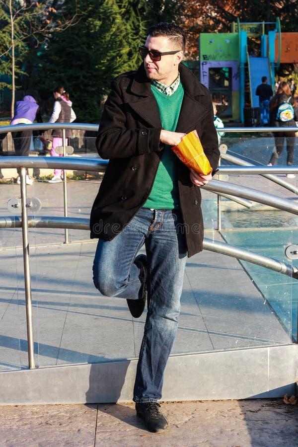 Przystojny mężczyzna łasowania popkorn Outside w parku obraz stock