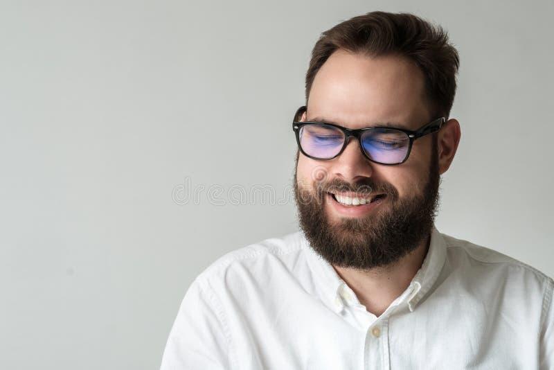 Przystojny mężczyzna śmiech out głośny z oczami zamykającymi zdjęcia royalty free