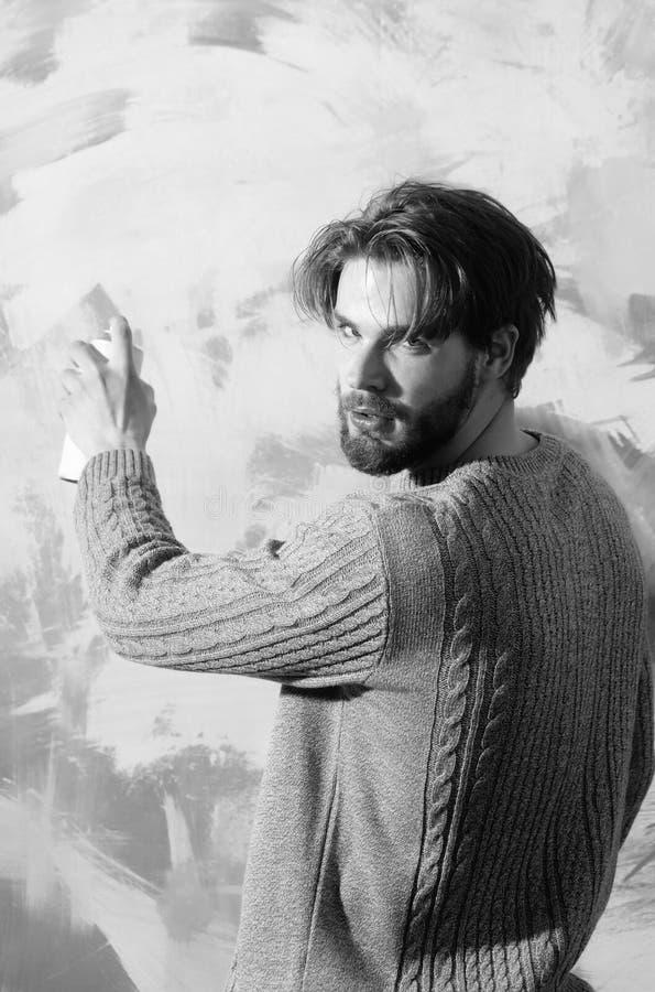 Przystojny mężczyzna artysty opryskiwanie z aerosolowej kiści farbą może obraz stock