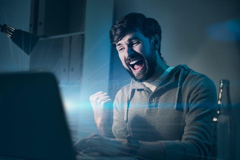 Przystojny mężczyzna czuć szczęśliwy po wygrywać grę zdjęcia stock