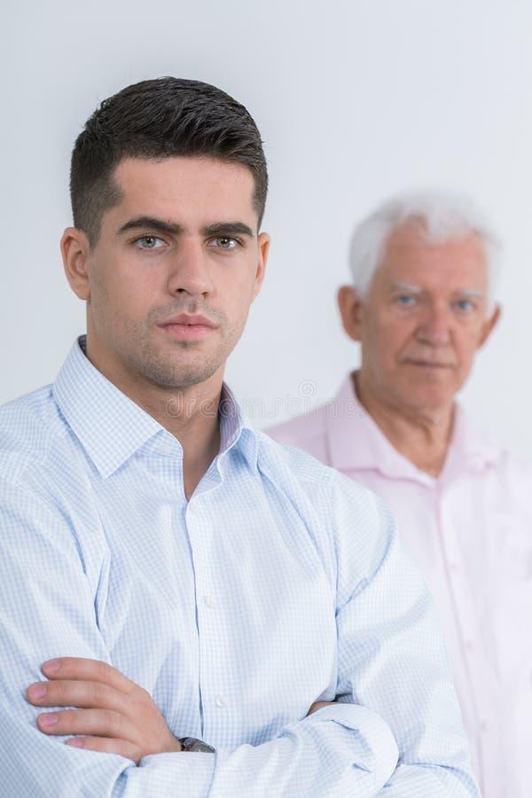 Przystojny mężczyzna i jego ojciec zdjęcie royalty free