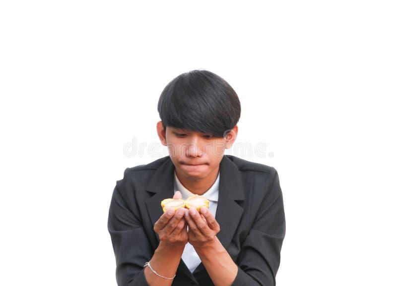Przystojny mężczyzna je świeżej pomarańcze na białym tle zdjęcia stock