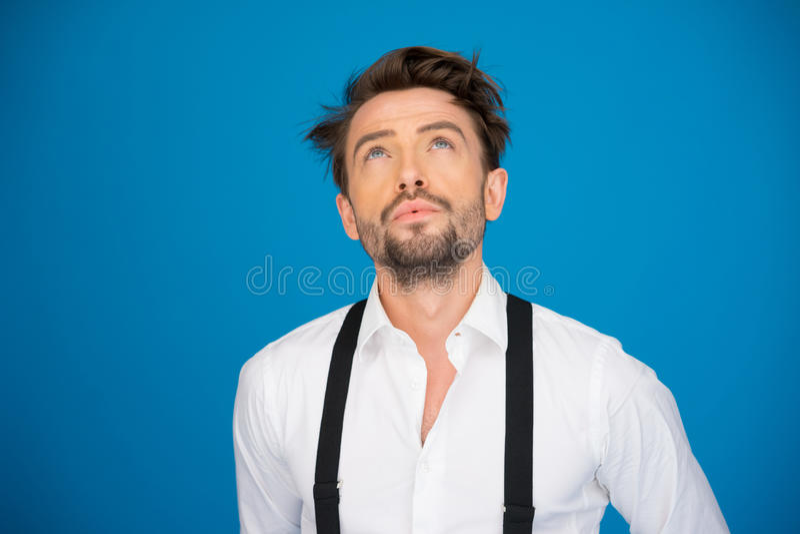 Przystojny mężczyzna jest ubranym białych brasy i koszula na błękicie zdjęcie royalty free