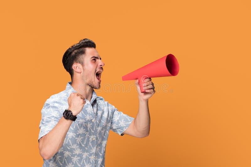Przystojny mężczyzna krzyczy megafonem obrazy stock