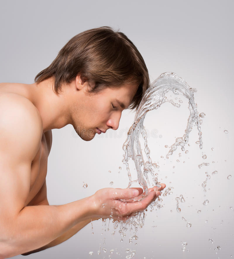 Przystojny mężczyzna myje jego czystą twarz obrazy royalty free