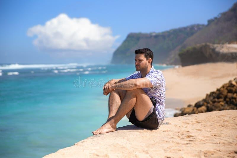 Przystojny mężczyzna na tropikalnej plaży Bali obraz royalty free