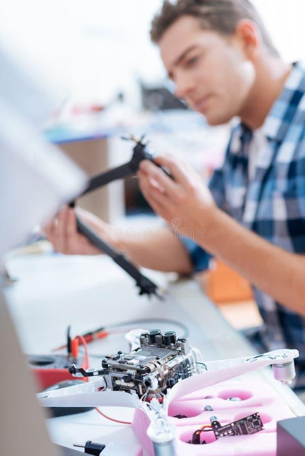 Przystojny mężczyzna naprawiania trutnia szczegół zdjęcie royalty free