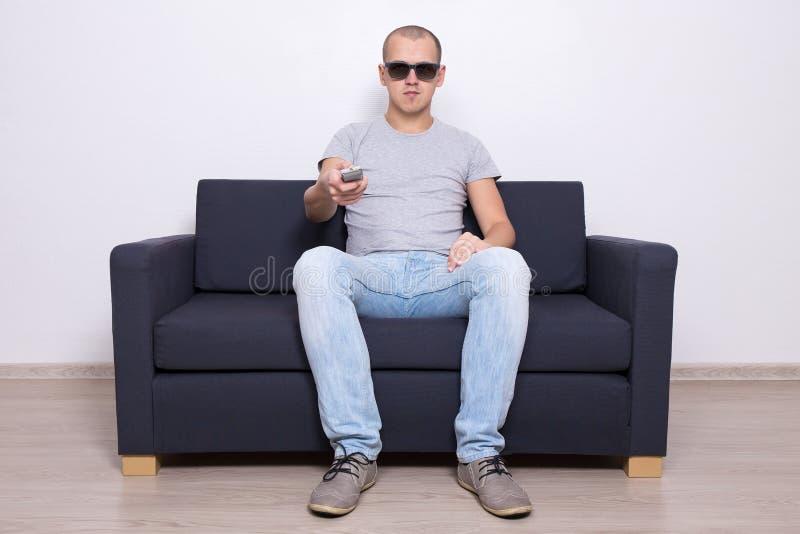 Przystojny mężczyzna ogląda tv w 3d szkłach zdjęcia royalty free