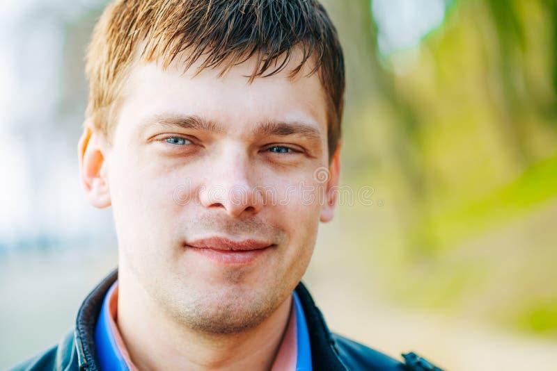 Przystojny mężczyzna outdoors portret Wiosen Colours fotografia stock