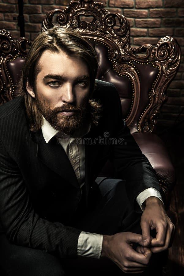 przystojny mężczyzna poważnie fotografia royalty free
