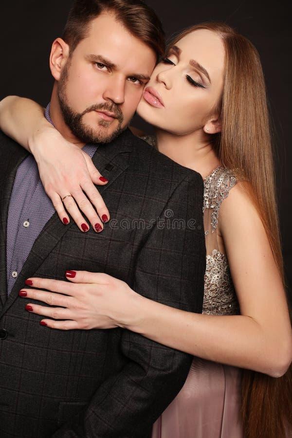 Przystojny mężczyzna pozuje z wspaniałym kobieta w ciąży zdjęcie royalty free