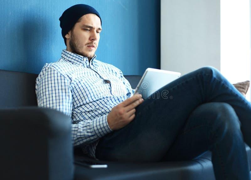 Przystojny mężczyzna pracuje od jego ministerstwa spraw wewnętrznych Analizuje plany biznesowych na laptopie Zamazany tło, ekrano obraz stock