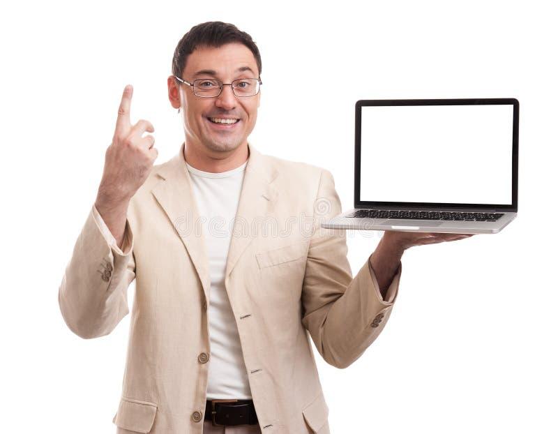 Przystojny mężczyzna przedstawia laptop z pustym ekranem zdjęcie stock
