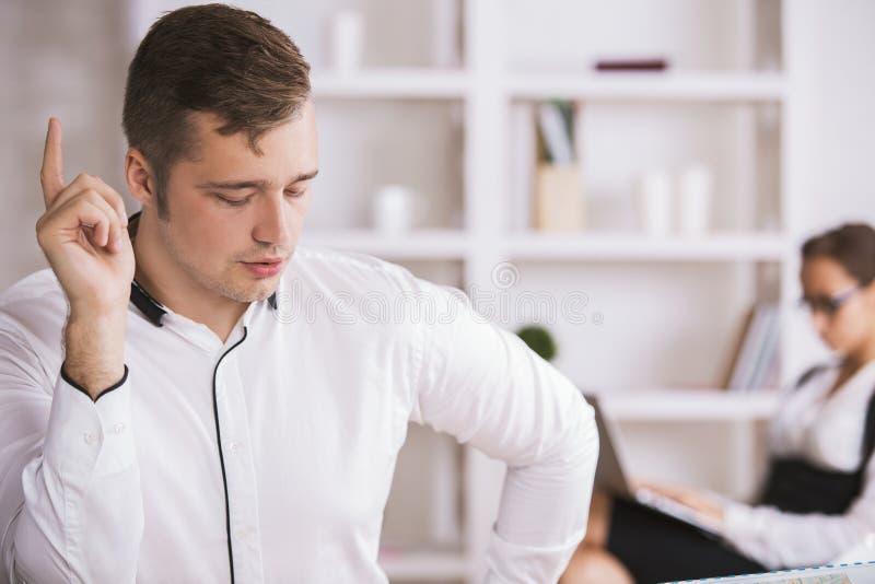 Przystojny mężczyzna przy miejscem pracy zdjęcie royalty free