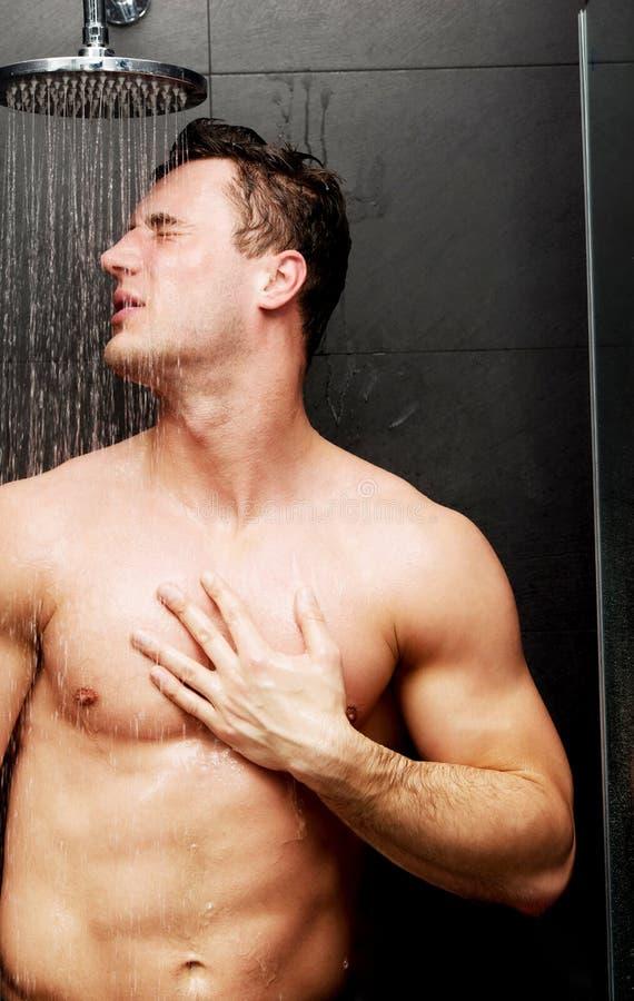 Przystojny mężczyzna przy prysznic obrazy royalty free