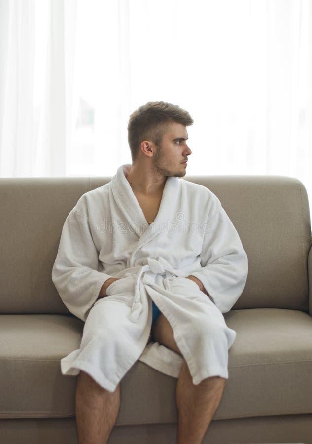 Przystojny mężczyzna relaksuje w bathrobe obrazy stock