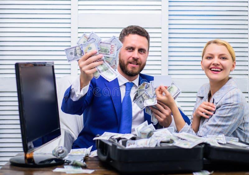 Przystojny mężczyzna szczęśliwy i zdziwiony z pieniądze setek dolarami jeśli Młody biznesmen patrzeje pieniądze rozpraszającego d zdjęcie stock