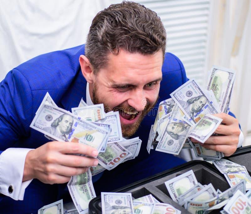 Przystojny mężczyzna szczęśliwy i zdziwiony z pieniądze setek dolarami jeśli Portret szczęśliwy młody biznesmena miotanie obrazy royalty free