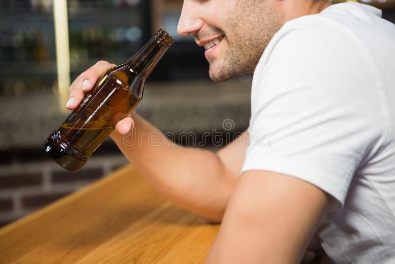 Przystojny mężczyzna trzyma butelkę piwo obraz stock