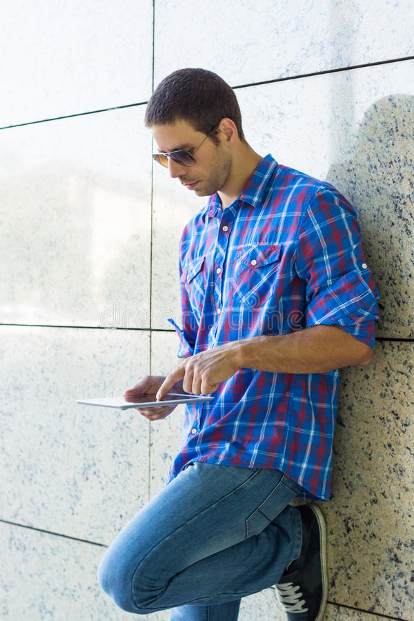 Przystojny mężczyzna używa cyfrową pastylkę obraz stock