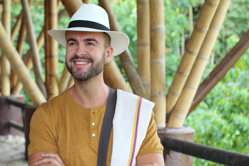 Przystojny mężczyzna ubierający z Kolumbijskimi tradycyjnymi kawałkami zdjęcie stock