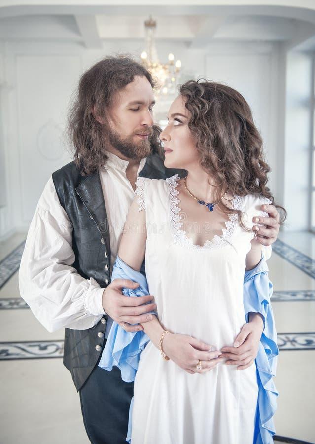 Przystojny mężczyzna w średniowiecznym kostiumu rozbiera się pięknej kobiety zdjęcia royalty free