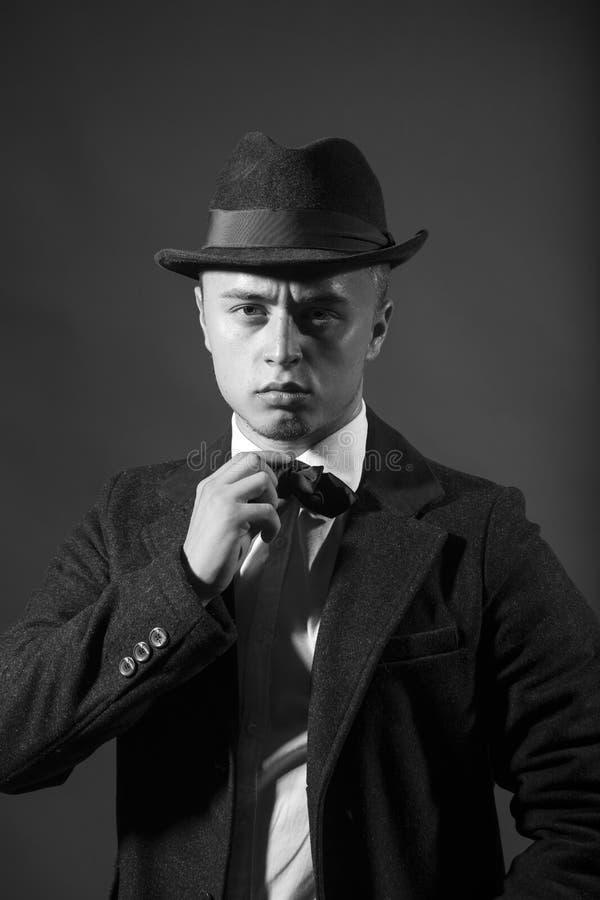 Przystojny mężczyzna w kostiumu i kapeluszu zdjęcia royalty free