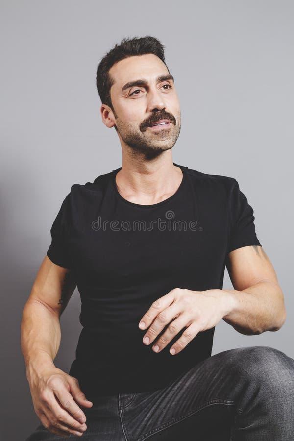 Przystojny mężczyzna z brody i wąsy studia portretem obraz royalty free