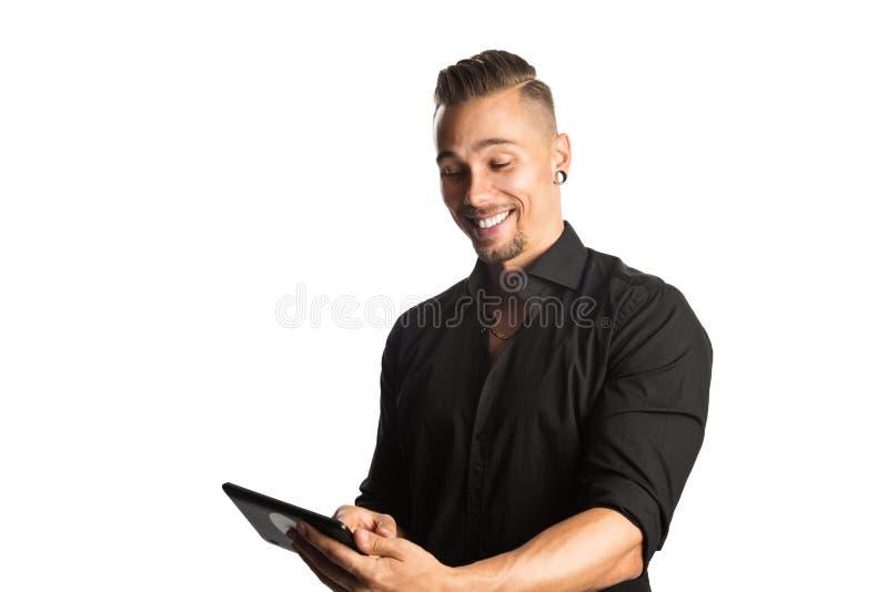 Przystojny mężczyzna z cyfrowym czytelnikiem obraz royalty free