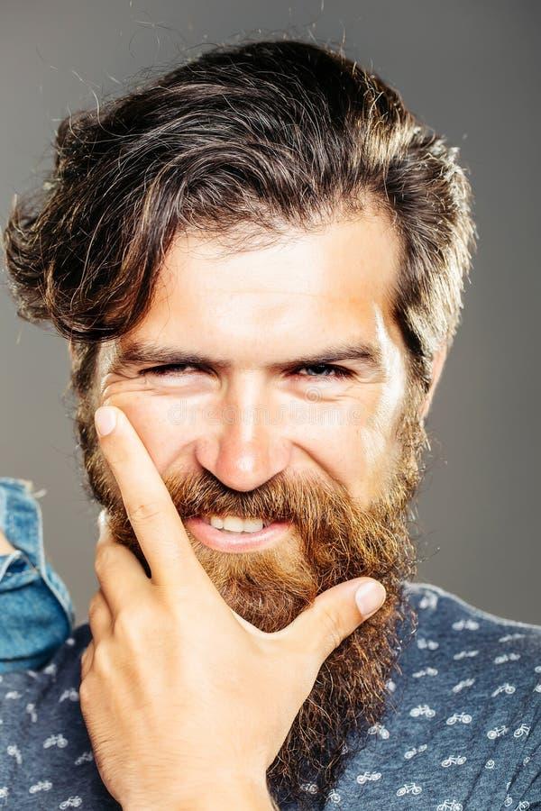Przystojny mężczyzna z długą brodą fotografia stock