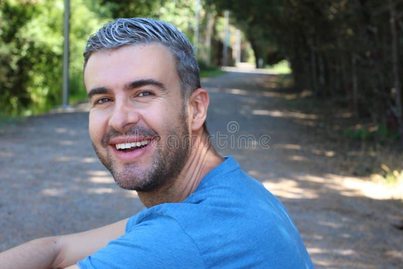 Przystojny mężczyzna z szarym włosy outdoors fotografia royalty free