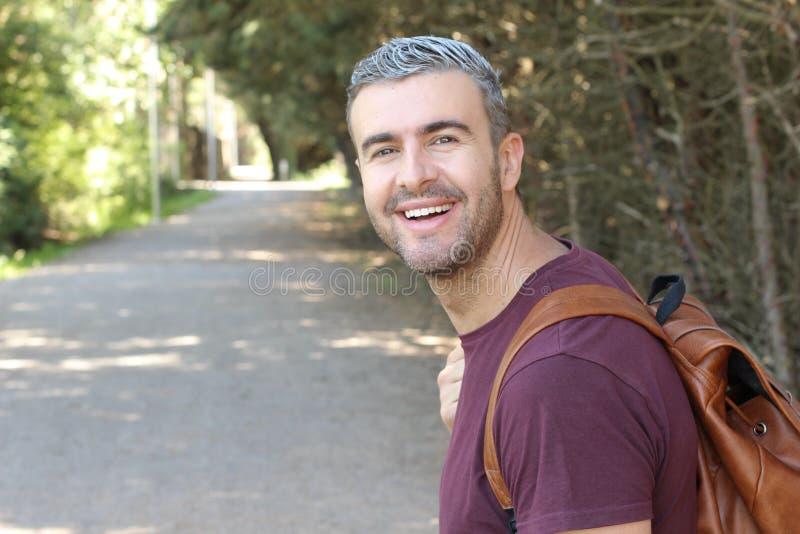 Przystojny mężczyzna z szarym włosy outdoors zdjęcie royalty free