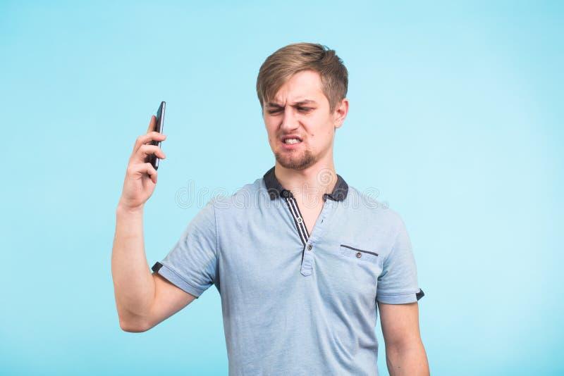 Przystojny mężczyzna z zmęczonym i podrażnionym spojrzeniem bierze telefon zdala od jej ucho próbuje ruch zdala od skarg zdjęcie stock